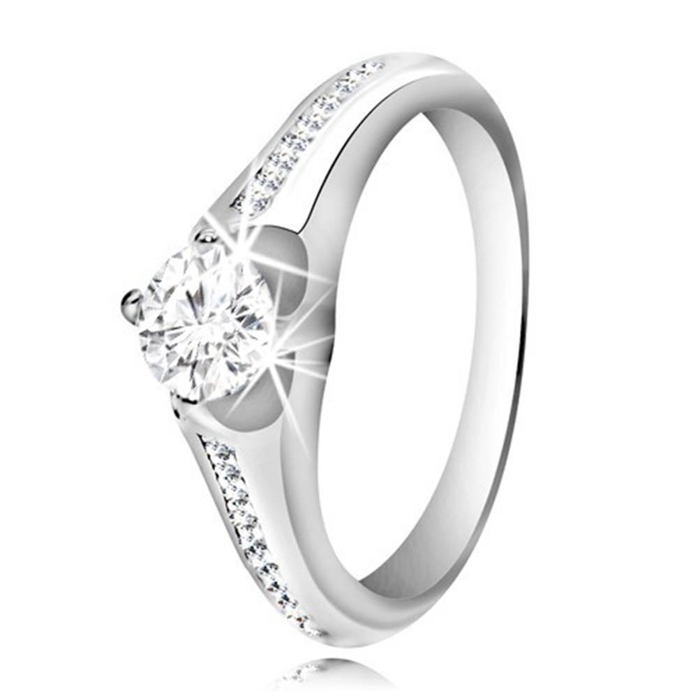 Šperky eshop Strieborný prsteň 925 - číry okrúhly zirkón, pásik menších zirkónov na ramenách - Veľkosť: 48 mm