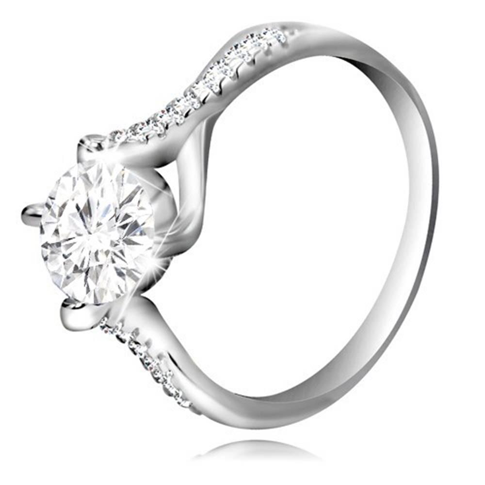 Šperky eshop Zásnubný prsteň zo striebra 925 - číry okrúhly zirkón, prepletené ramená - Veľkosť: 52 mm