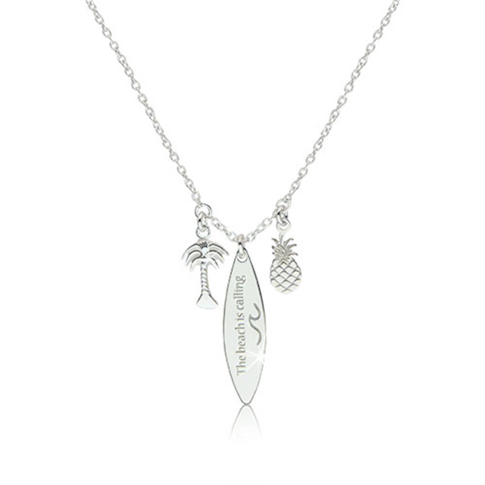 """Šperky eshop Strieborný náhrdelník 925 - lesklý ananás, palma a surf s nápisom """"The beach is calling"""""""
