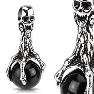 Patinovaný prívesok z ocele - lebka a čierna guľa v pazúroch