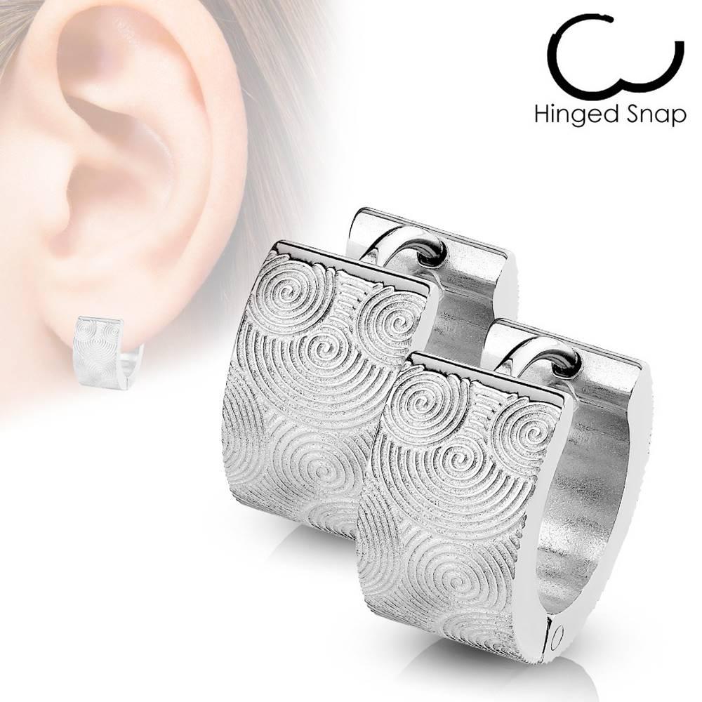 Šperky eshop Náušnice z chirurgickej ocele - kruhy striebornej farby s gravírovanými špirálami