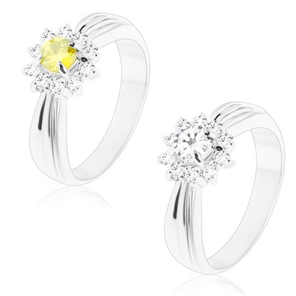 Šperky eshop Trblietavý prsteň s podlhovastými zárezmi, brúsený kvet z okrúhlych zirkónov - Veľkosť: 49 mm, Farba: Zelenožltá
