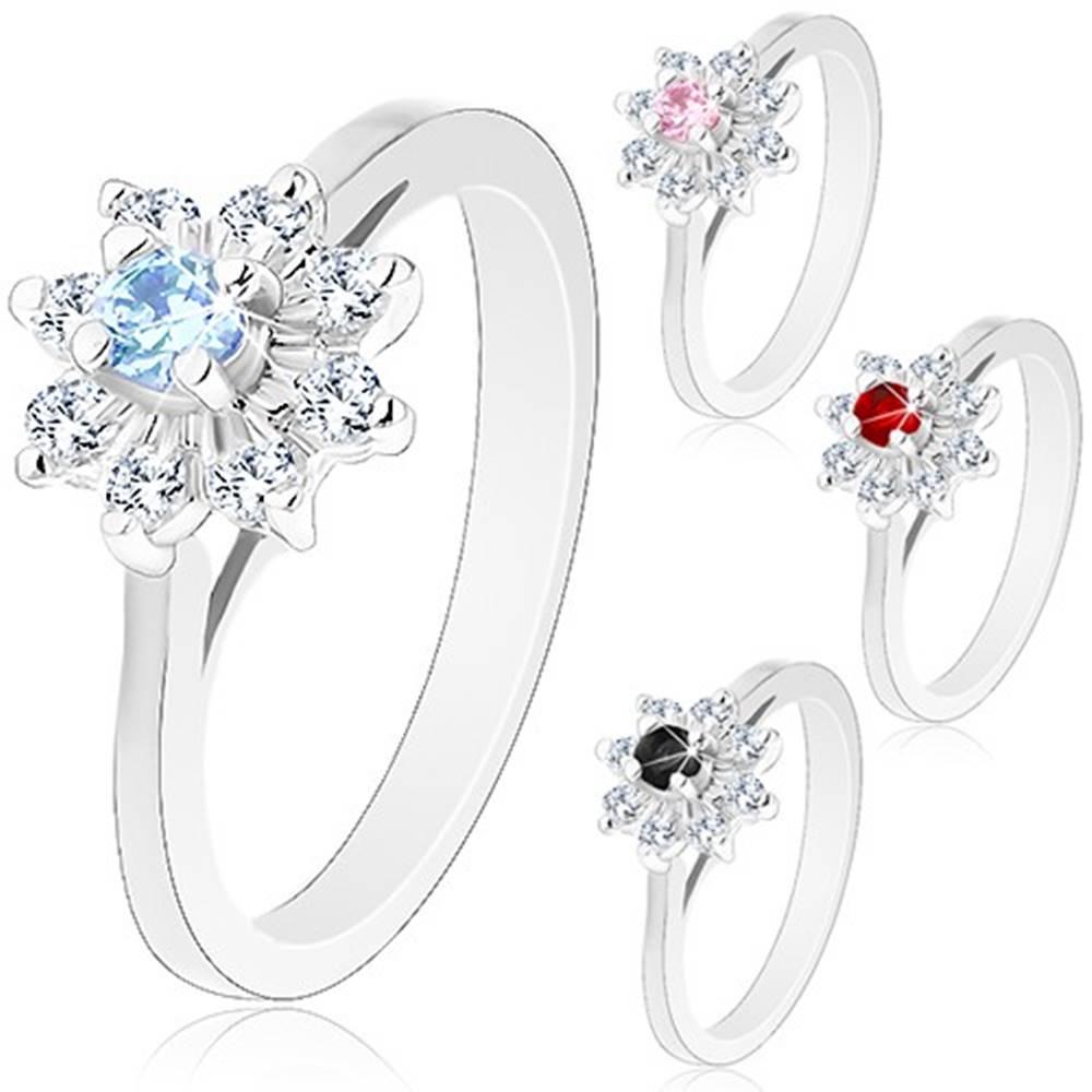 Šperky eshop Trblietavý prsteň so strieborným odtieňom, zúžené ramená, zirkónový kvietok - Veľkosť: 49 mm, Farba: Svetlomodrá