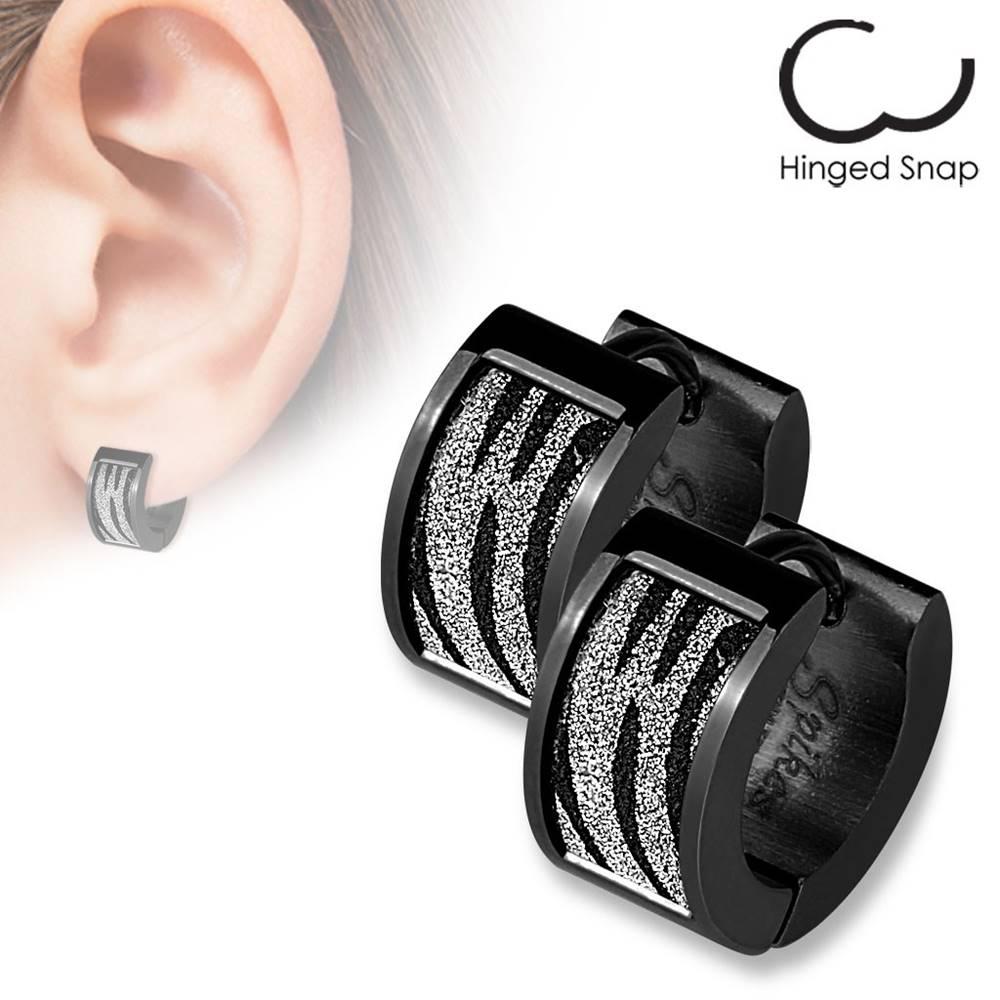 Šperky eshop Kĺbové náušnice z ocele 316L čiernej farby, trblietavý zebra vzor