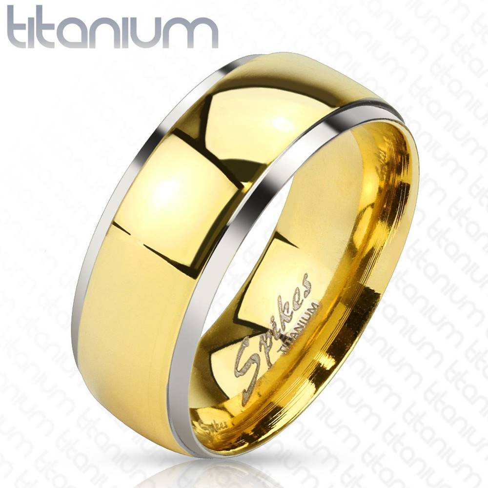 Šperky eshop Obrúčka z titánu - lesklý pás v zlatom odtieni a úzke okraje striebornej farby, 8 mm - Veľkosť: 59 mm