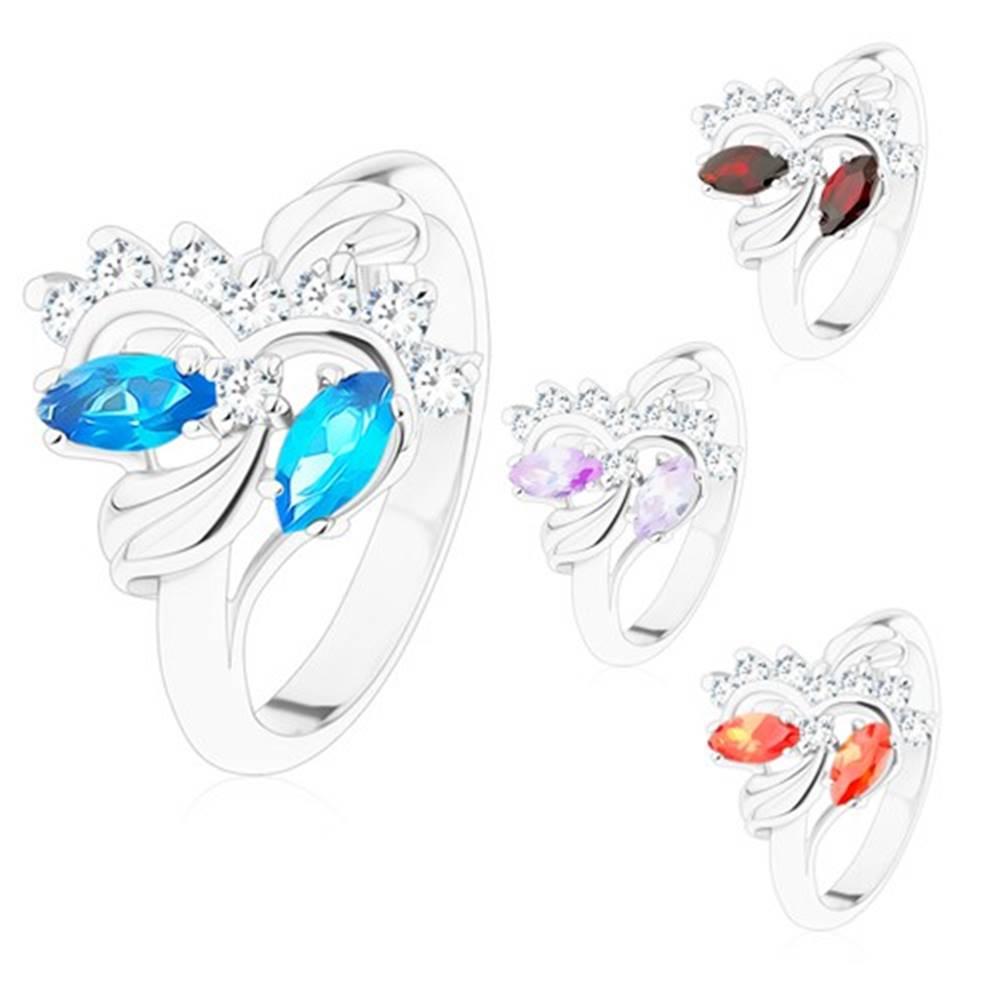 Šperky eshop Prsteň s lesklými ramenami striebornej farby, brúsené zrnká, číre zirkóniky - Veľkosť: 49 mm, Farba: Tmavočervená