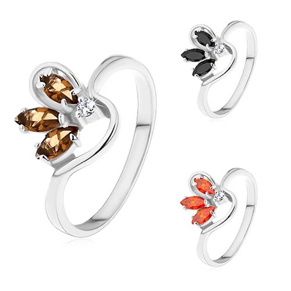 Šperky eshop Prsteň striebornej farby, zvlnené ramená, polovičný farebný kvet zo zirkónov - Veľkosť: 49 mm, Farba: Hnedá
