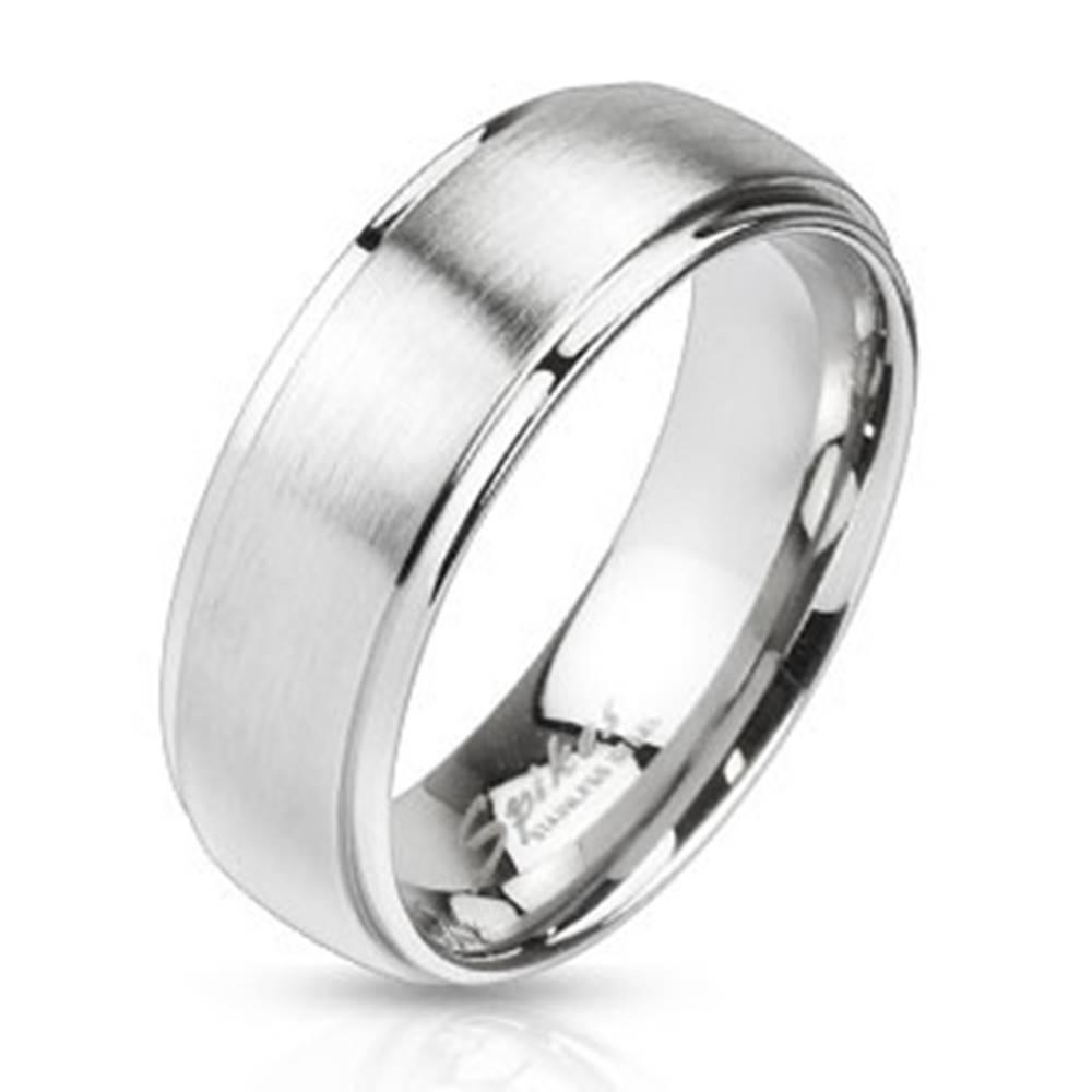 Šperky eshop Oceľový prsteň striebornej farby - matný pásik uprostred, 8 mm - Veľkosť: 59 mm
